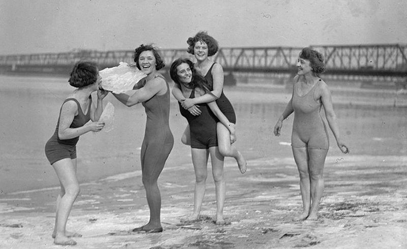 Самое интересное : История женских купальников (54 фото)